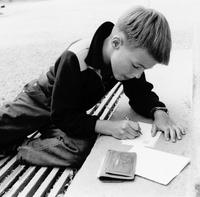 Pojke skriver brev under gymnastikläger, Malmahed